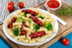 Salade de pâtes avec le brocoli et les saucisses grillées, plan rapproché photo stock