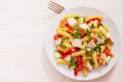 Salade de pâtes avec le poulet et les légumes photographie stock libre de droits
