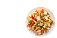 Salade de pâtes avec le poulet et les légumes Vue supérieure D'isolement photographie stock libre de droits