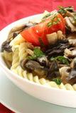 Salade de pâtes avec les champignons de couche et la tomate organique Photo stock