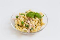 Salade de pâtes dans un bol en verre comme coupé Photo stock