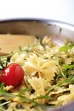 Salade de pâtes de lien d'arc Photos libres de droits
