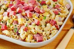 Salade de pâtes de macaronis avec du jambon et le fromage images stock