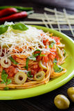 Salade de pâtes de spaghetti avec la sauce tomate, les olives, le gouda et le basilic Photos stock