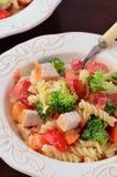Salade de pâtes de veggie de poulet Image stock