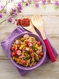 Salade de pâtes mélangée froide avec le thon Photographie stock libre de droits