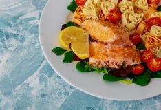 Salade de pâtes saumonée et en forme de coeur pour le jour de valentines photos stock