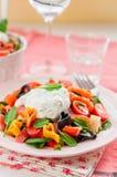 Salade de pâtes saumonée et en forme de coeur avec le habillage crémeux photos libres de droits