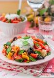 Salade de pâtes saumonée et en forme de coeur avec le habillage crémeux photo libre de droits