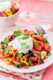 Salade de pâtes saumonée et en forme de coeur avec le habillage crémeux image stock