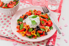 Salade de pâtes saumonée et en forme de coeur avec le habillage crémeux image libre de droits