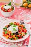 Salade de pâtes saumonée et en forme de coeur avec le habillage crémeux images stock
