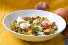 Salade de pêche avec du feta et la tomate Photo stock