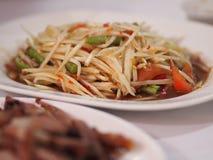 Salade de papaye avec le crabe salé et les poissons fermentés photos libres de droits