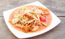 Salade de papaye avec les mollusques et crustacés marinés Photos libres de droits