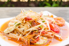 Salade de papaye avec les mollusques et crustacés marinés Photo stock