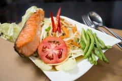 Salade de papaye avec les saumons grillés Images libres de droits
