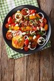 Salade de plan rapproché coloré de tomates, d'oignon et de fromage bleu Vert Photo stock