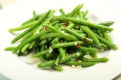 Haricots verts avec l'ail et les piments Photographie stock libre de droits