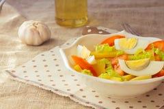 Salade de pomme de terre avec l'oeuf et la tomate Photographie stock libre de droits