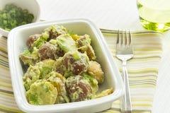 Salade de pomme de terre avec la rectification d'avocat et de crème sure images stock