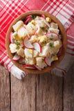 Salade de pomme de terre avec le radis et les oeufs dans une cuvette Vue supérieure verticale Photos stock