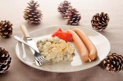 Salade de pomme de terre d'un plat avec le cône de pin Images libres de droits