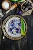 Salade de pomme de terre pourpre de yaourt image stock