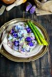 Salade de pomme de terre pourpre de yaourt images stock