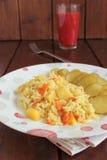 Salade de pomme de terre, riz, carottes et conserves au vinaigre Photographie stock