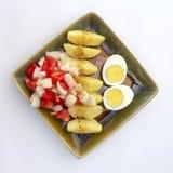 Salade de pomme de terre saine avec les oeufs et la tomate Photographie stock