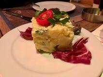 Salade de pomme de terre allemande traditionnelle de style avec la mayonnaise et les graines de moutarde/Kartoffelsalat image libre de droits
