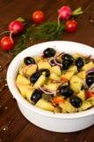 Salade de pomme de terre dans une cuvette blanche photographie stock libre de droits