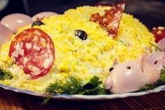 Salade de porc avec des porcelets des oeufs, de la saucisse, des olives et de la mayonnaise photo stock