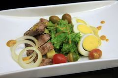 Salade de poulet avec l'olive et l'oeuf Images libres de droits