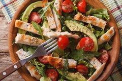 Salade de poulet avec le plan rapproché d'avocat, d'arugula et de tomate horizont Images stock