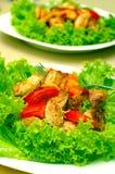 Salade de poulet chaude avec de la laitue, des pommes et des tomates. Image libre de droits