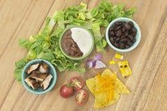 Salade de poulet de BBQ avec des ingrédients de haricots noirs et de pommes chips de tortilla Images libres de droits
