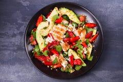Salade de poulet, de fraise, d'avocat et d'épinards avec des amandes photographie stock libre de droits