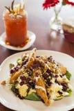 Salade de poulet frit avec le bloody mary Photos stock