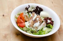 Salade de poulet grillée avec la tomate, pomme de terre, oignon Photo stock