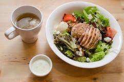 Salade de poulet grillée avec la tomate, pomme de terre, oignon Images stock