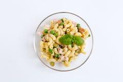 Salade de pâtes dans un bol en verre comme coupé Photographie stock libre de droits