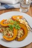 Salade de quinoa avec le potiron grillé photographie stock