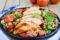 Salade de Qunioa avec de la viande Photo libre de droits
