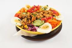 Salade de régime avec des paraboloïdes de viande de poulet Images stock
