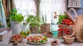 Salade de ressort dans la maison de campagne Photo libre de droits