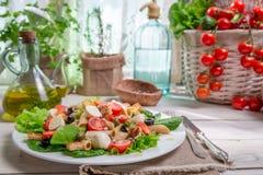 Salade de ressort dans une cuisine ensoleillée complètement des légumes Photos libres de droits