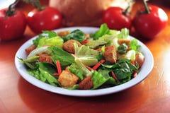Salade de restaurant sur la table en bois. image libre de droits