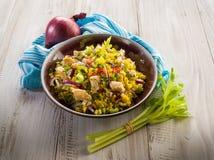 Salade de riz avec le poulet images stock